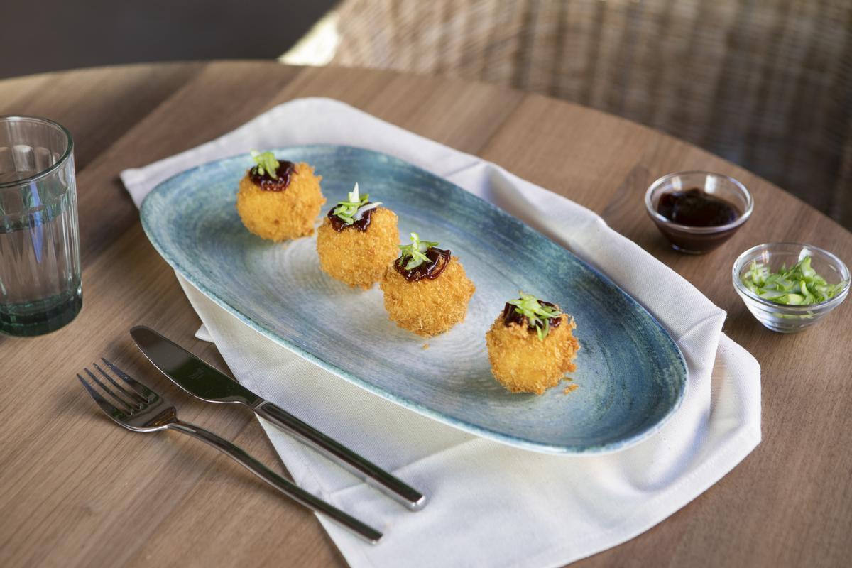 Las excelentes y melosas croquetas de pato Pekín del restaurante Saona.