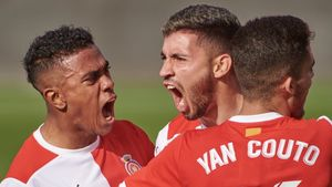 Nahuel Bustos (centro) celebra su gol a la Ponferradina.