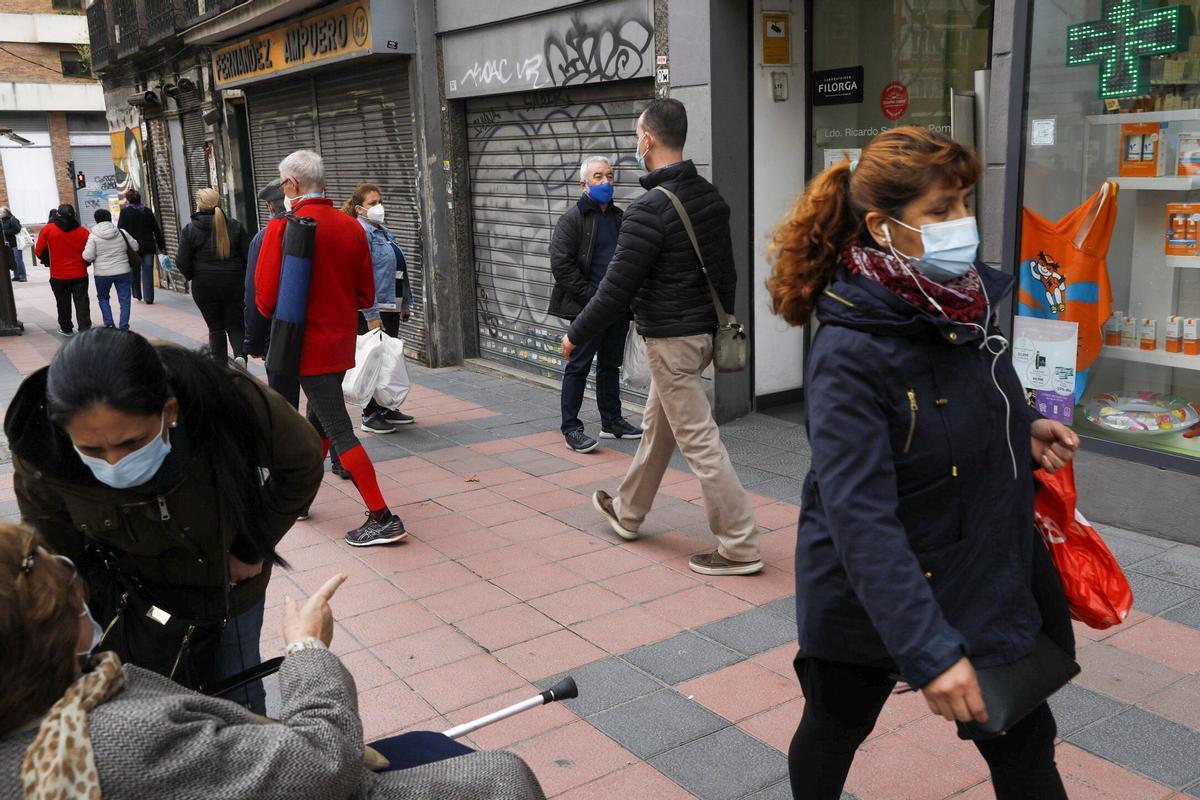 Callas de Madrid con paseantes utilizando mascarilla.