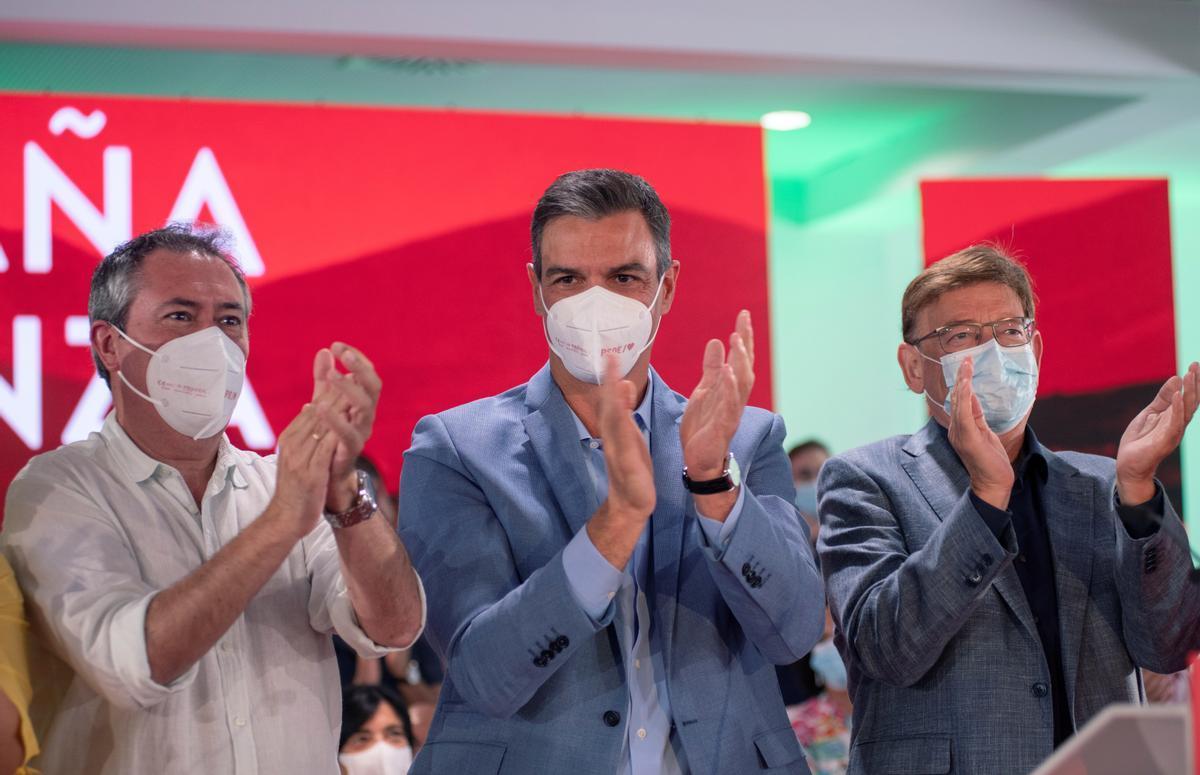 El presidente del Gobierno, Pedro Sánchez, junto al nuevo secretario general del PSOE de Andalucía, Juan Espadas, y el 'president' de la Generalitat valenciana, Ximo Puig, durante el acto celebrado por los socialistas en Jaén, este 4 de septiembre de 2021.