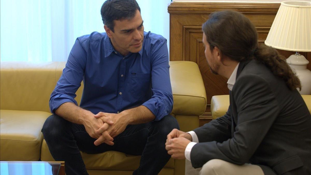 Pedro Sánchez y Pablo Iglesias, en una reunión de junio del 2017, en el Congreso de los Diputados.