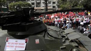 Protestas en Birmania con tanques en las calles.