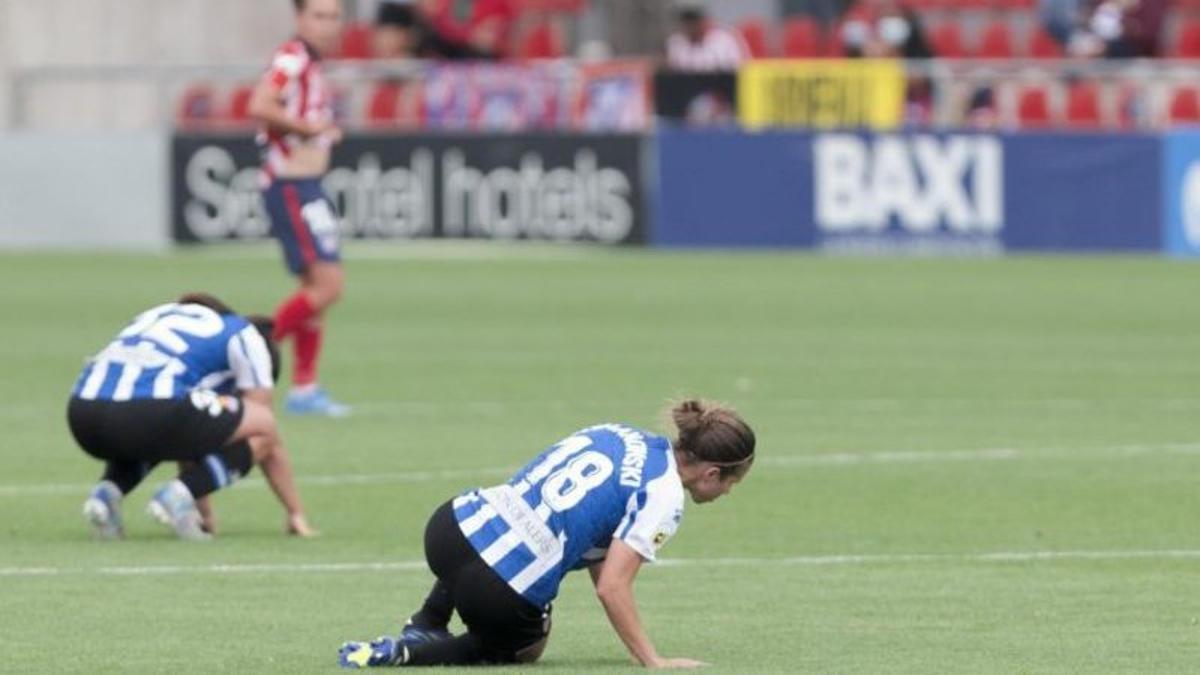 Marianela Szymanowski, en el centro, lamenta la derrota contra el Atlético.