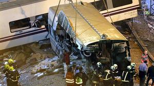 Los equipos de rescate han continuado sacando uno a uno los cadáveres de los vagones del tren y buscando con linternas más personas atrapadas durante toda la noche.