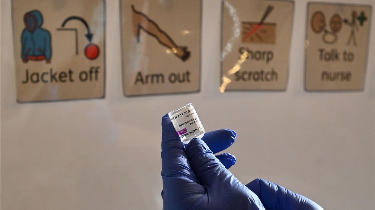 Un sanitario prepara la vacuna de AstraZeneca en Hull, noreste del Reino Unido.
