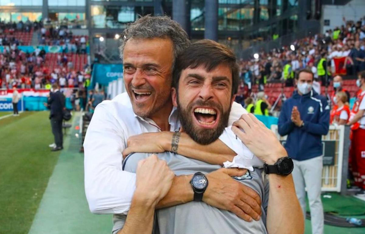 Luis Enrique abraza eufórico a Rafel Pol, su preparador físico, tras el triunfo sobre Croacia.