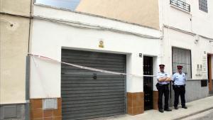 Los Mossos custodian la casa de Castellar del Vallès donde se ha encontrado el cadáver del anciano.