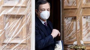 El expresidente del Banco Central Europeo, Mario Draghi, sale de su domicilio en Roma.
