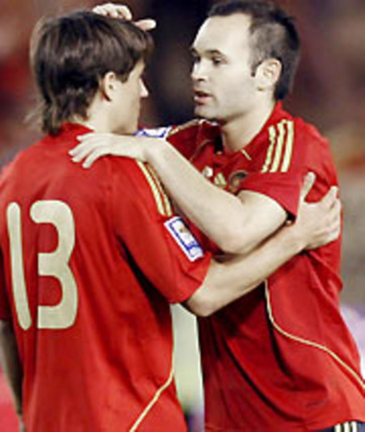 Bojan e Iniesta, durante el encuentro de clasificación para el mundial de Suráfrica 2010, que han disputado España y Armenia.