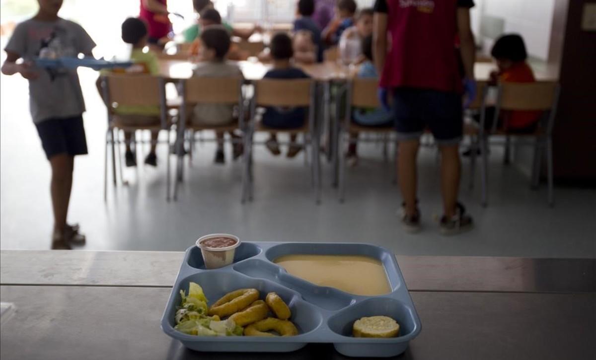 Escolares en un comedor en un colegio público de Terrassa.