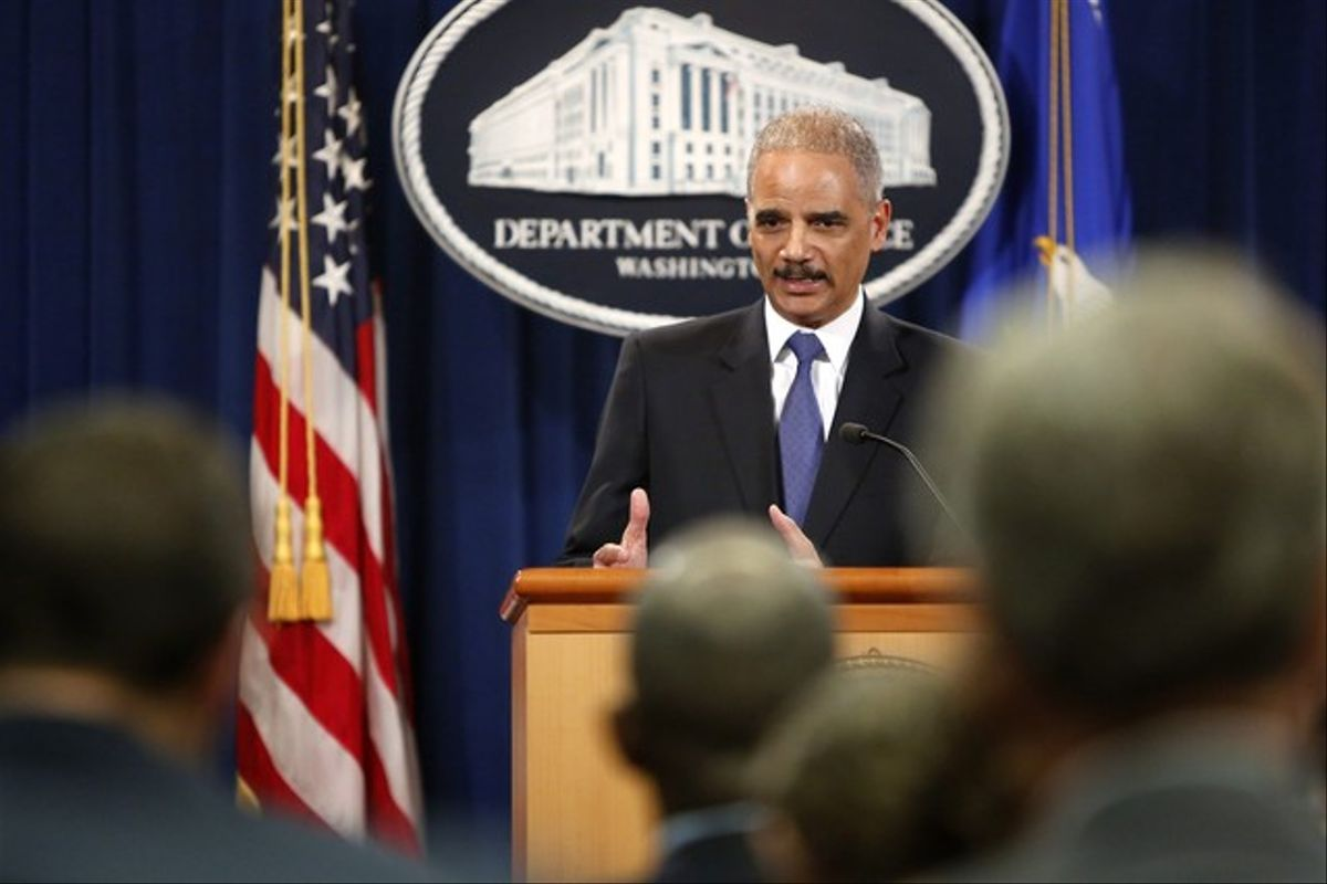 El fiscal general de EEUU, Eric Holder, atiende a los medios, el martes en Washington.