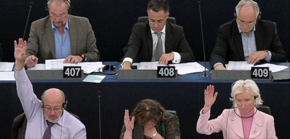 Varios eurodiputados votan en una sesión en el Parlamento Europeo, este miércoles en Estrasburgo.