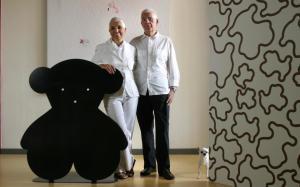 Salvador Tous y Rosa Oriol, junto al emblema de su empresa.