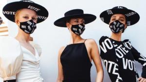 Tres de las propuestas de Christian Siriano que se vieron en la última edición de la Semana de la Moda de Nueva York.