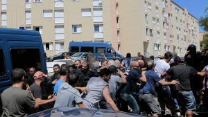 La policía de Córcega intenta evitar que los manifestantes entren en el barrio de Lupino, lugar donde habita una importante comunidad magrebí.