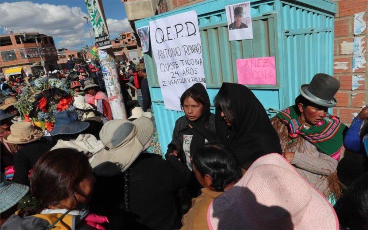 Familiares de los muertos durante las protestas en Bolivia esperan fuera deldel Instituto de Investigaciones Forenses.