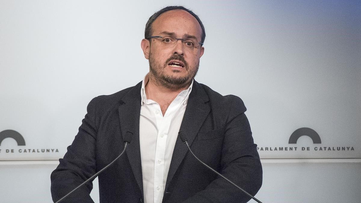 El presidente del PPC, Alejandro Fernández, en una rueda de prensa en el Parlament.