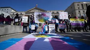El colectivo pro Ley Trans Euforia durante su concentración frente al Congreso de los Diputados.