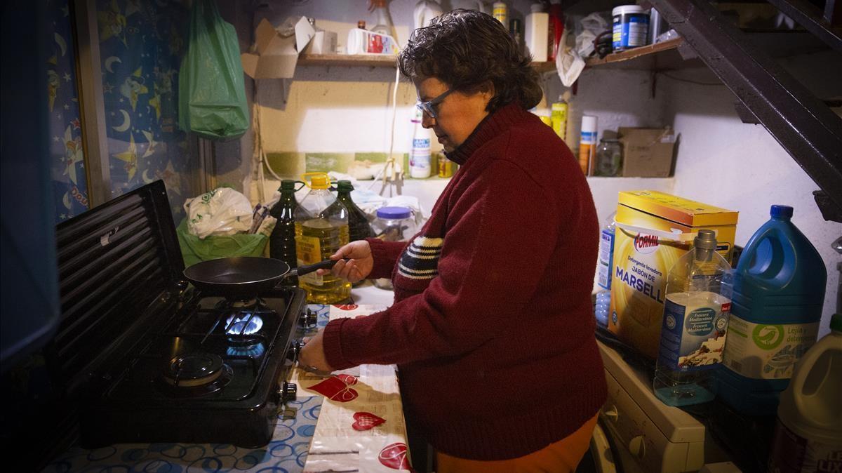 Cristina García cocinando con gas butano en su vivienda del barrio de La Salut de Badalona.