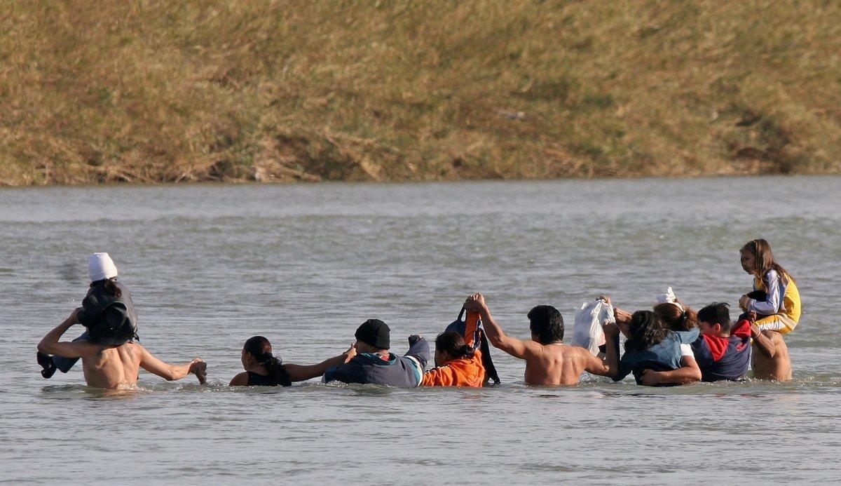 El inmigrante falleció después de ser transportado de emergencia a un hospital local.
