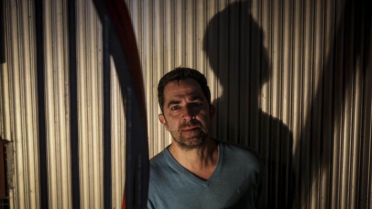 El escritor Pere Cervantes, en el cine Boliche de Barcelona.