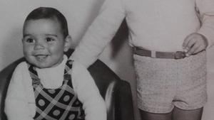 Hernán Migoya, de pequeño, vistiendo un peto que se menciona en la novela