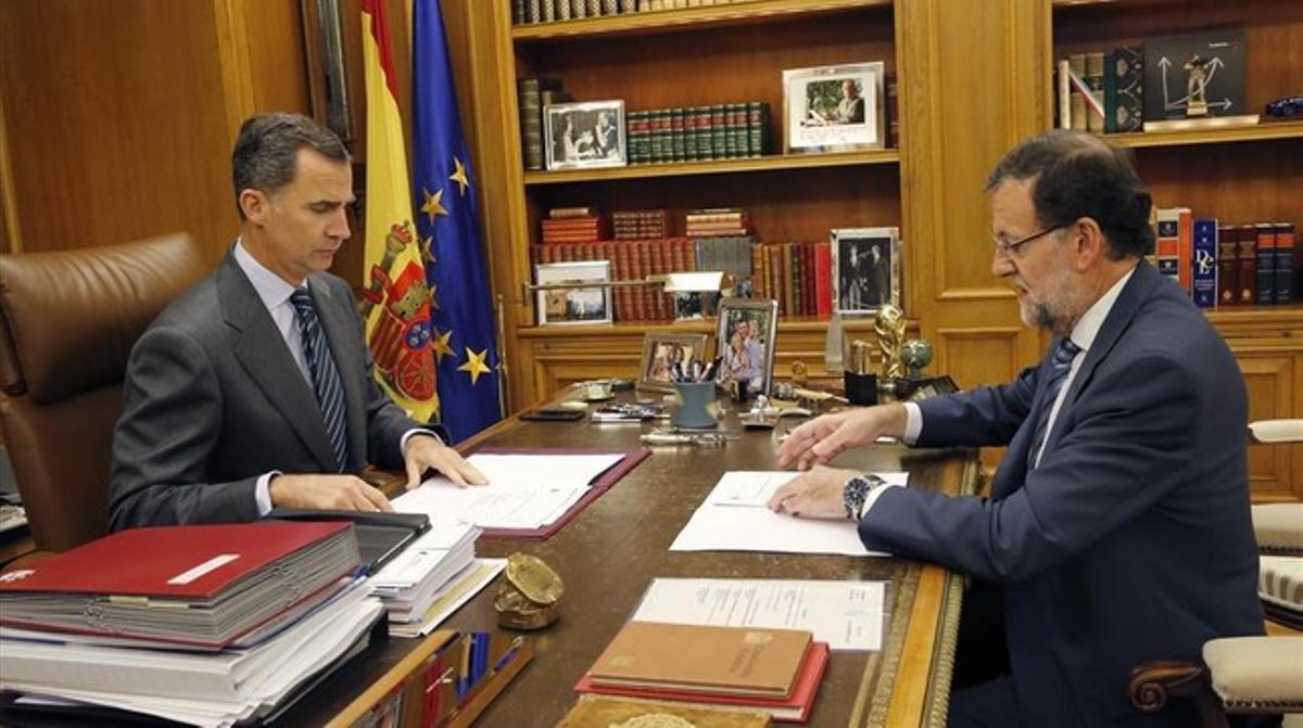 El rey Felipe VI y Mariano Rajoy, durante uno de sus habituales despachos semanales, el pasado noviembre.