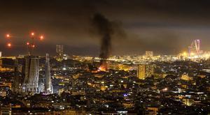 Vista general de Barcelona y de uno de los fuegos causados por los manifestantes independentistas radicales,el viernes 18 de octubre.