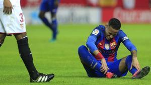 Neymar se duele de un golpe en el partido del pasado domingo en Sevilla.