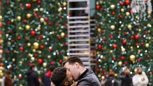 Una pareja se besa hoy en las calles de Madrid
