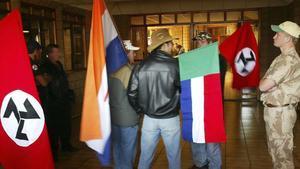 La bandera del 'apartheid', la segunda por la izquierda.