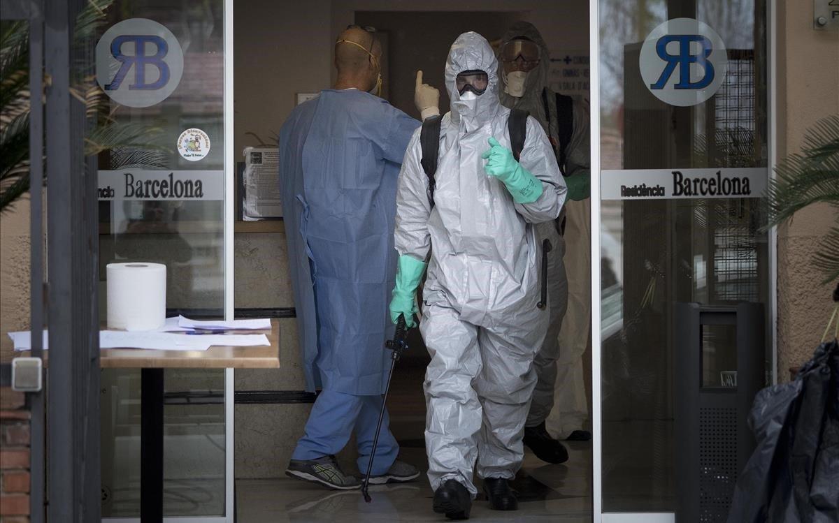 Equipo de desinfeccion en una residencia de ancianos de Barcelona, el pasadomarzo.