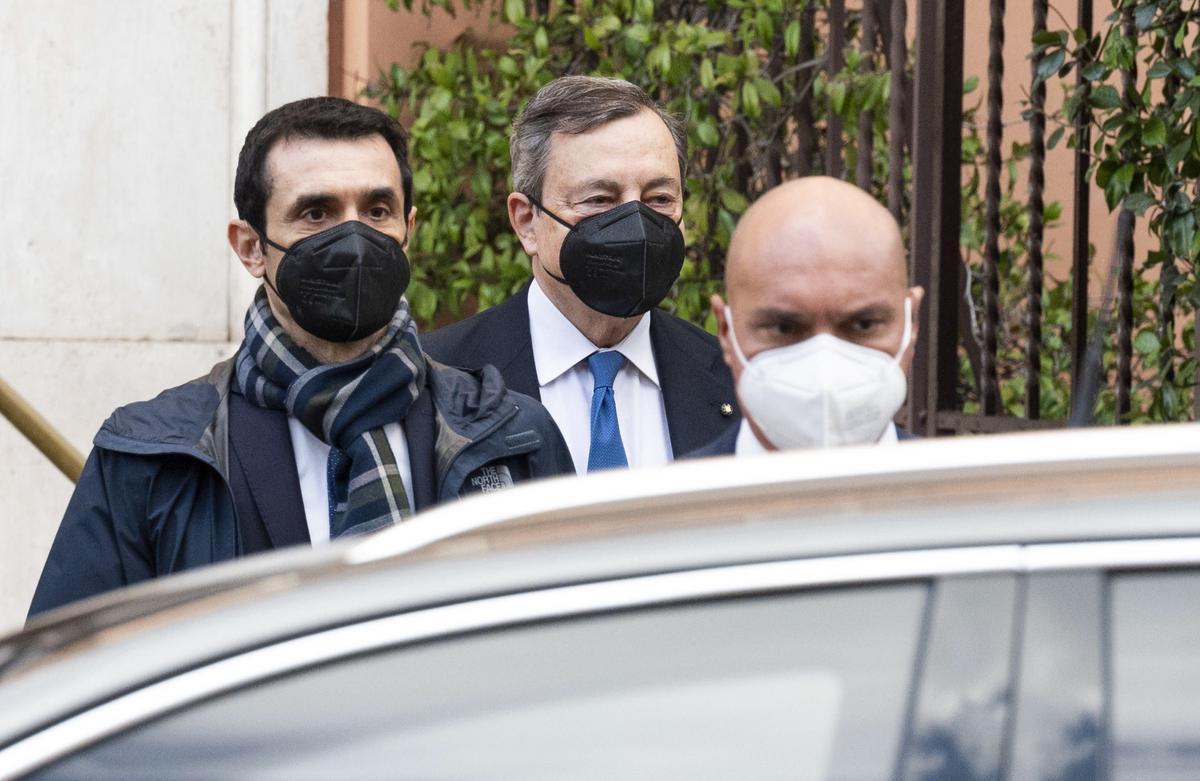 Mario Draghi abandona su residencia, este jueves en Roma.