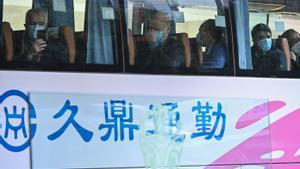 El equipo de investigadores de la OMS abandonan en autocar el hotel donde están hospedados en Wuhan.