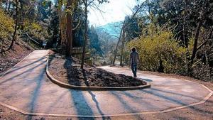 Un hombre, por el nuevo camino adaptado para minusválidos y ciegos del parque de Collserola, el viernes.