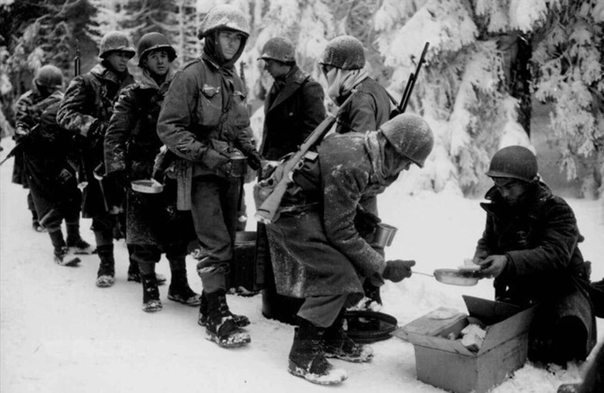 Soldados del 347º regimiento de infantería del Ejército de EEUU, el 13 de enero de 1945 al norte deBastogne.