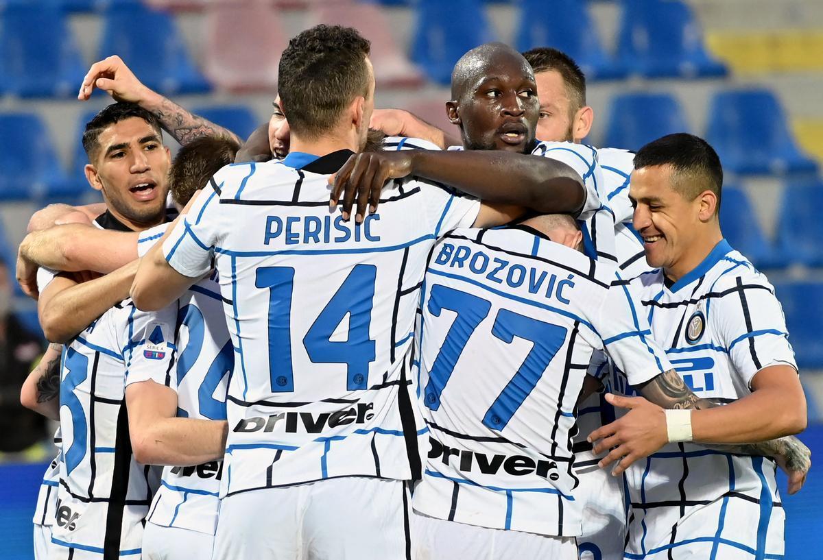 Los jugadores del Inter celebran su triunfo del sábado ante el Crotone.
