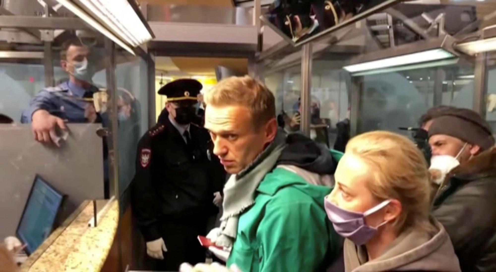 La policía rusa detiene a Navalni tras regresar a Rusia en una jornada caótica