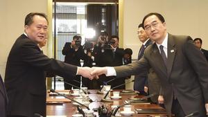 Los dos políticos coreanos se dan la mano en la reunión entre ambos países en Pammujeon.