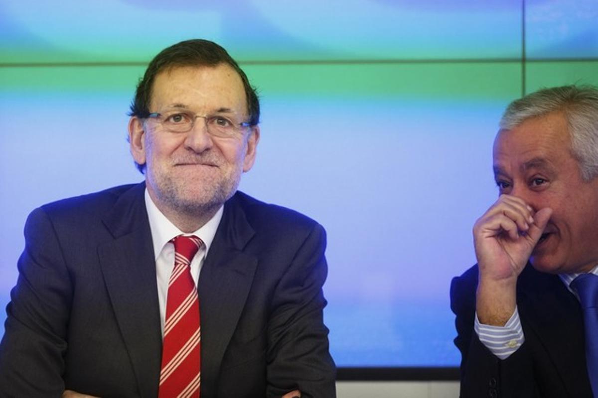 Mariano Rajoy sonríe junto a Javier Arenas, este miércoles, en la ejecutiva del PP.