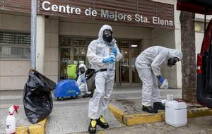 Miembros de la UME desinfectan un Centro de Mayores en Torrent (Valencia)