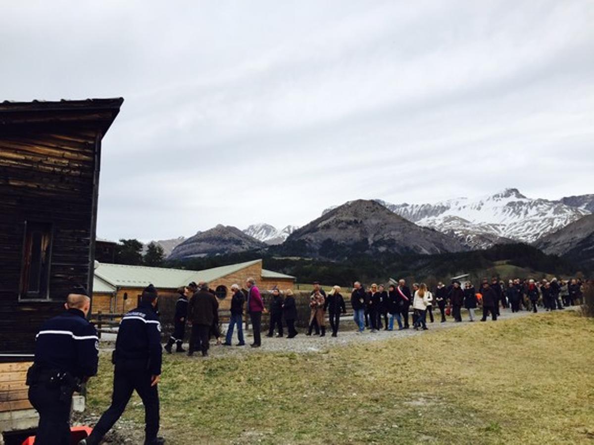 Vecinos de Le Vernet, en la celebración ante el monolito en memoria de las víctimas de la tragedia aérea.