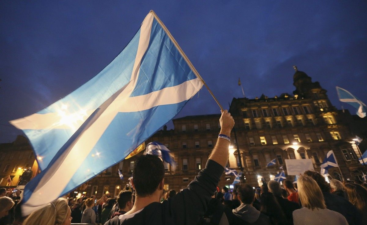 Partidarios del 'sí' ondean la bandera escocesa durante la campaña para el referéndum de independencia del 2014.