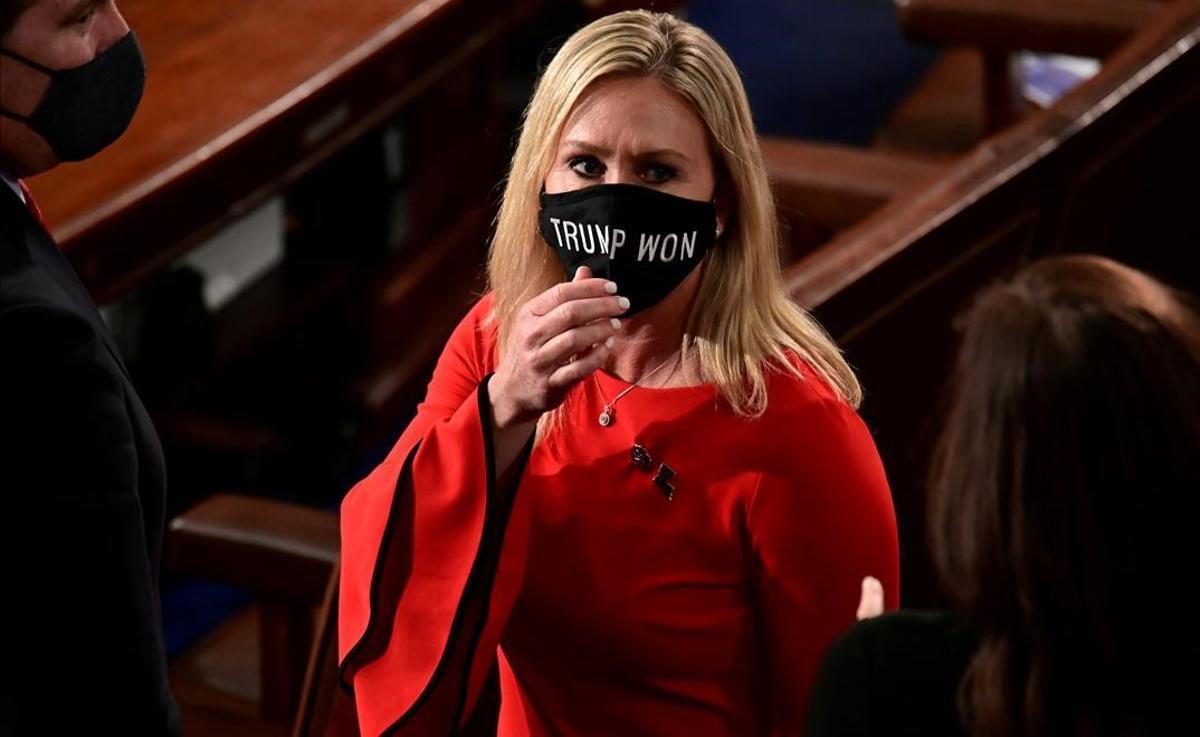 La congresista Marjorie Taylor Greene luce una mascarillas con el lema 'Trump gano' el 3 de enero, día en el que juró en el cargo en Washington.