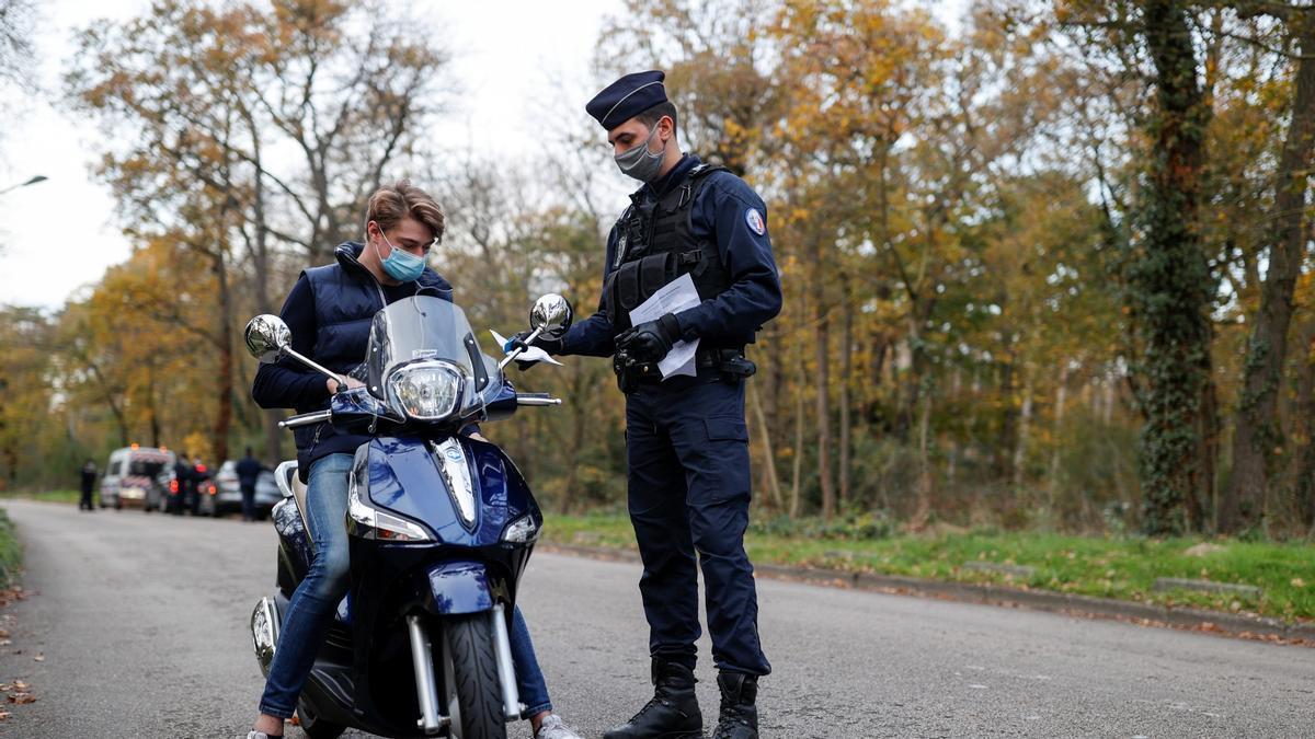 Un policía pide certificados covid en el parque Bois de Boulogne durante las restricciones, el pasado 14 de noviembre.