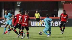 Messi controla un balón rodeado de jugadores del Mallorca.