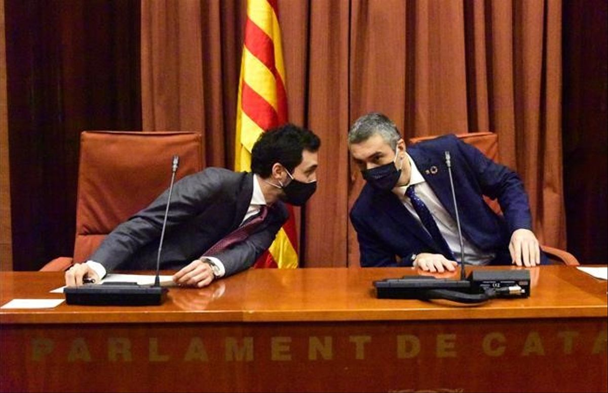 El presidente del Parlament, Roger Torrent, y el 'conseller' d'Acció Exterior, Relacions Institucionals i Transparència, Bernat Solé.
