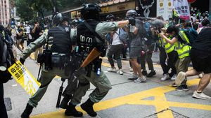 Nuevas protestas contra la ley de seguridad en Hong Kong. En la foto, policías antidisturbios lanzan gas pimienta contra periodistas durante las protestas.