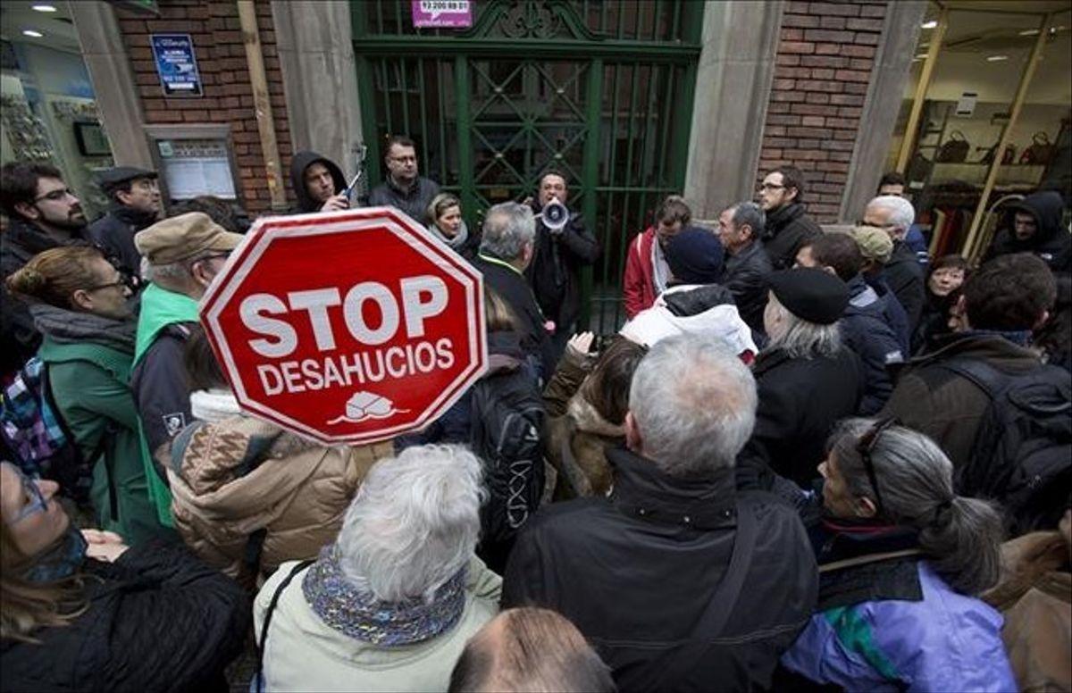 Activistas de la PAH en una protesta ante un desahucio