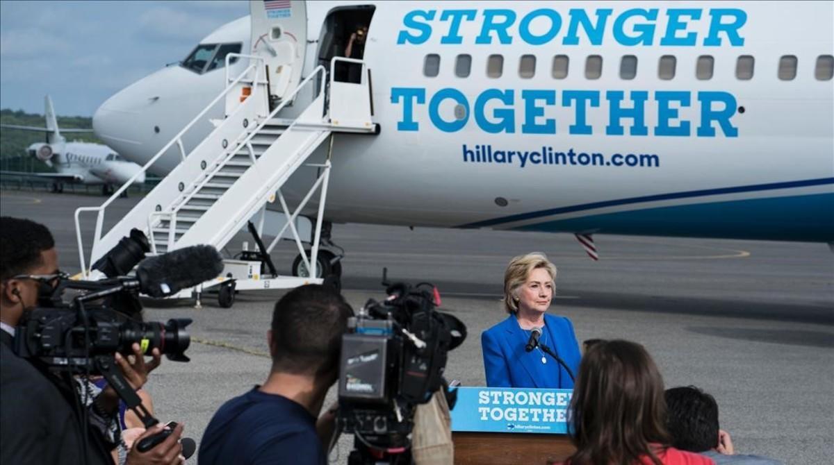Clinton habla ante la prensa en el aeropuerto de Westchester, en White Plains (Nueva York), este jueves.